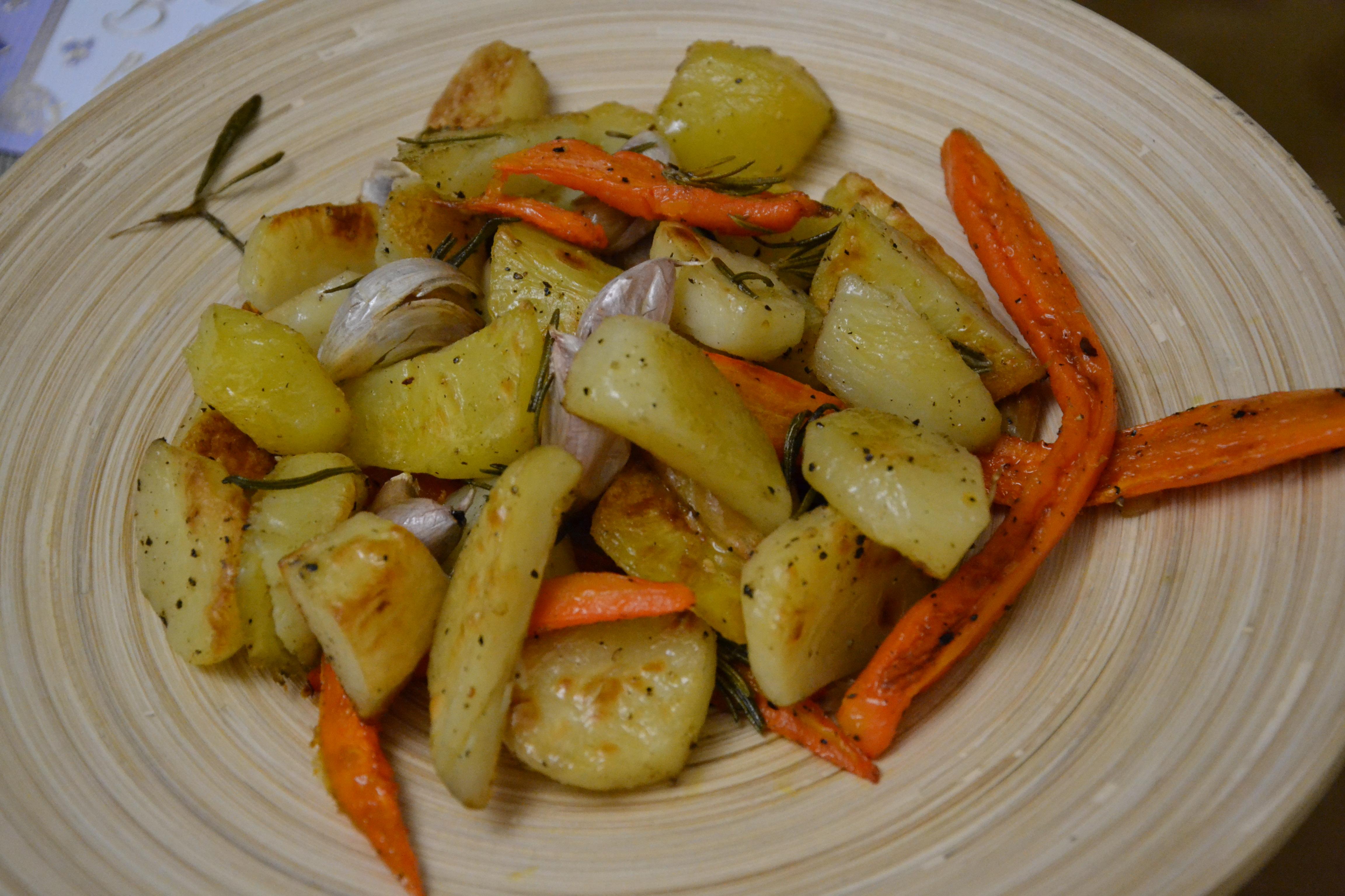 Жареный картофель, пастернак и морковь