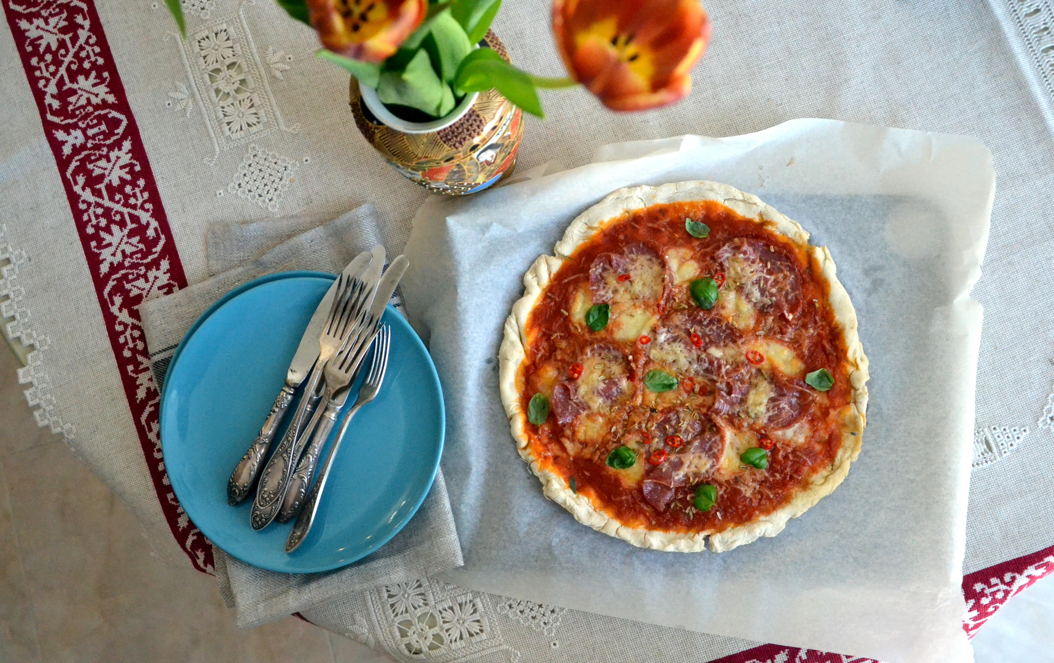 Быстро приготовленная пицца с салями и моццарелой