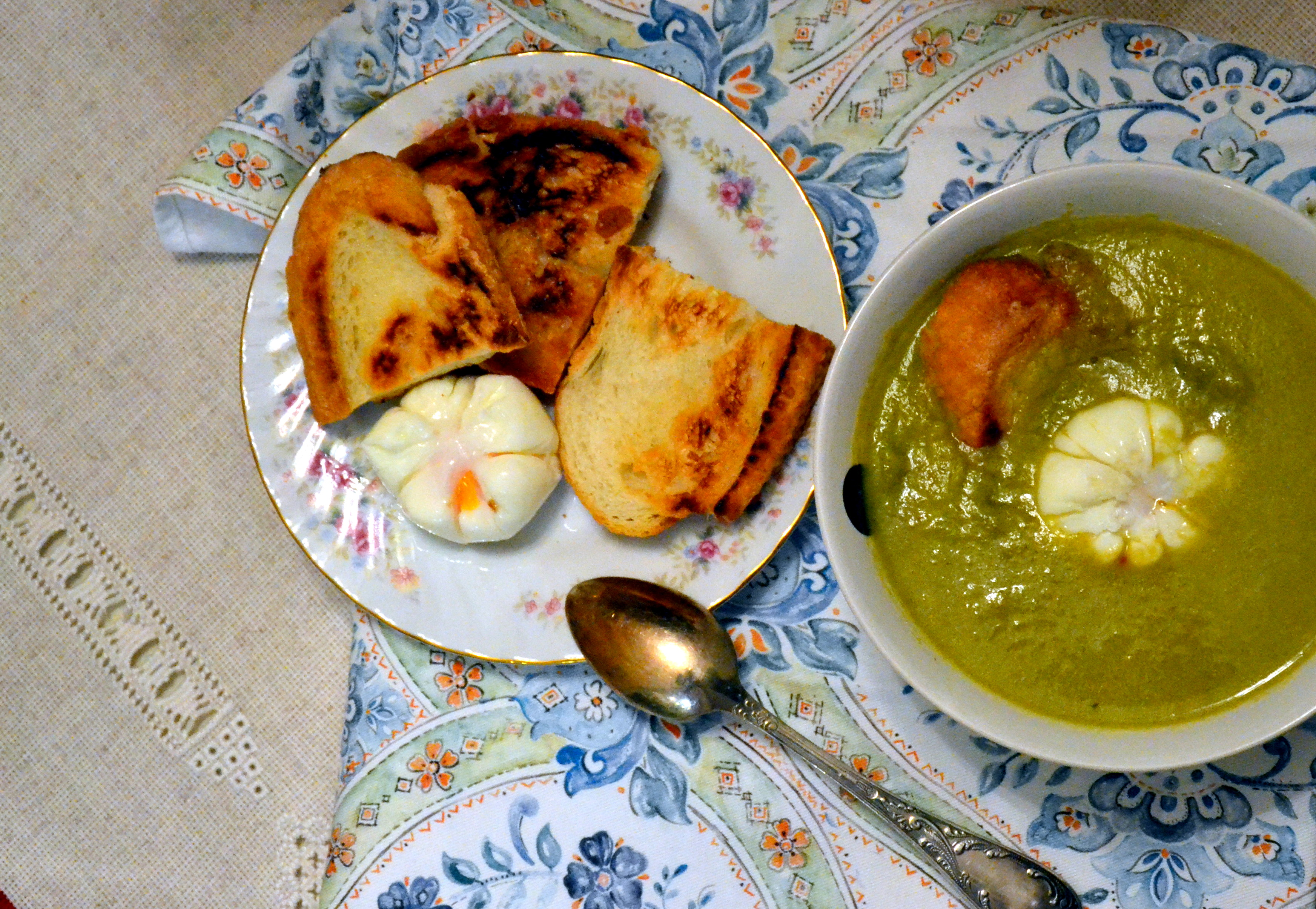 Суп из спаржи с яйцом пашот на тосте