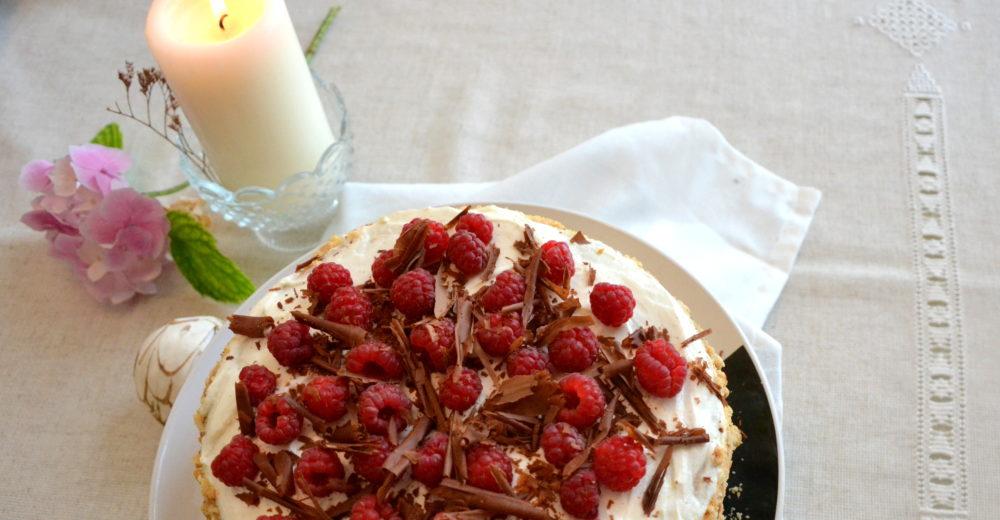 Бисквитный торт для лентяев с ягодами и сливками