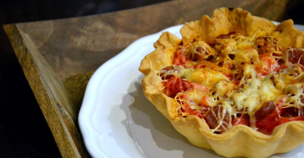 Тарты с чоризо, печеным перцем и томатами