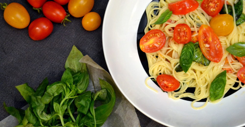 Спагетти со сладкими помидорчиками черри, базиликом и оливковым маслом