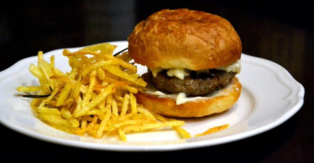 Фирменный бургер от Эйприл Блумфилд и картофельные слайсы фри