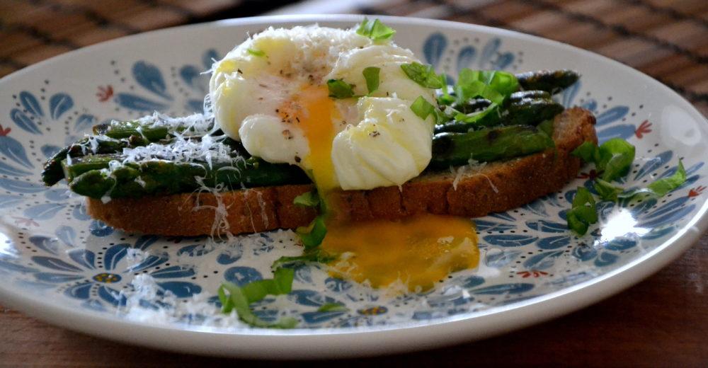 Тосты со спаржей-гриль и яйцами-пашот