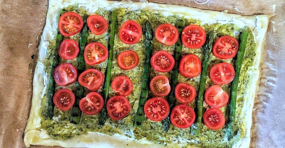 Пирог из слоёного  теста с овощами, рикоттой и песто