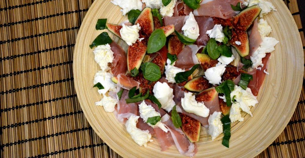 Салат из инжира, моцареллы и пармской ветчины