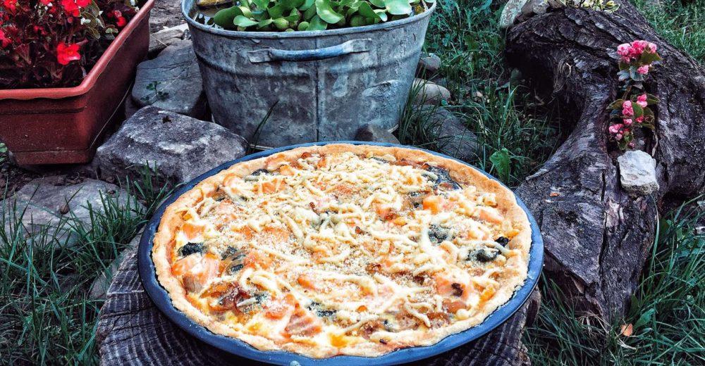 Пирог с лососем и карамелизованным луком