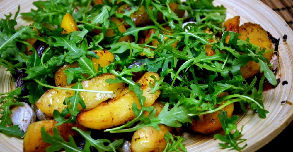 Запеченный картофель с красным луком, тимьяном и бальзамическим уксусом