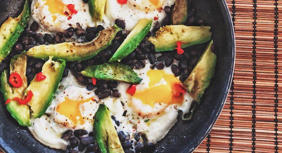 Яичница по-мексикански с авокадо и чёрной фасолью