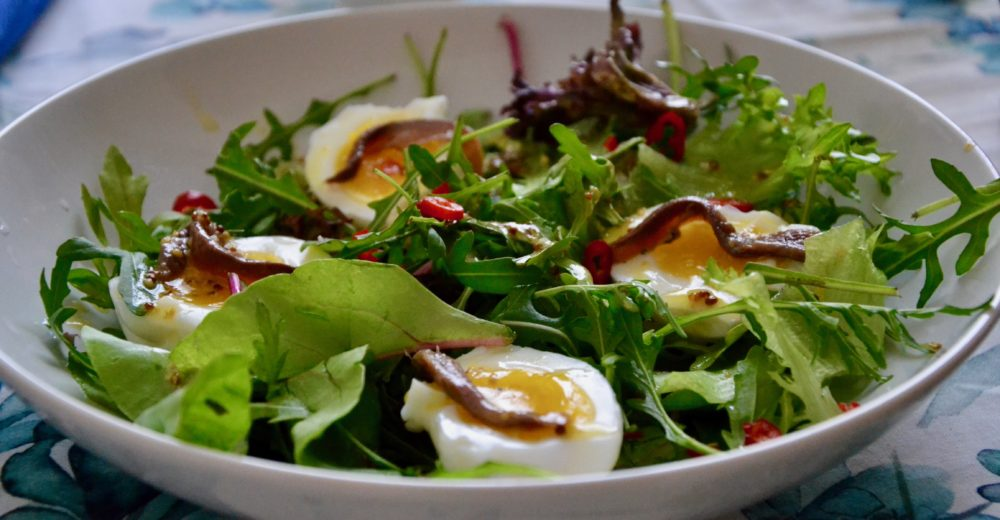 Салат с яйцами и анчоусами
