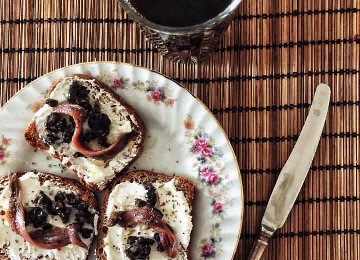 Тосты со сливочным сыром и анчоусами