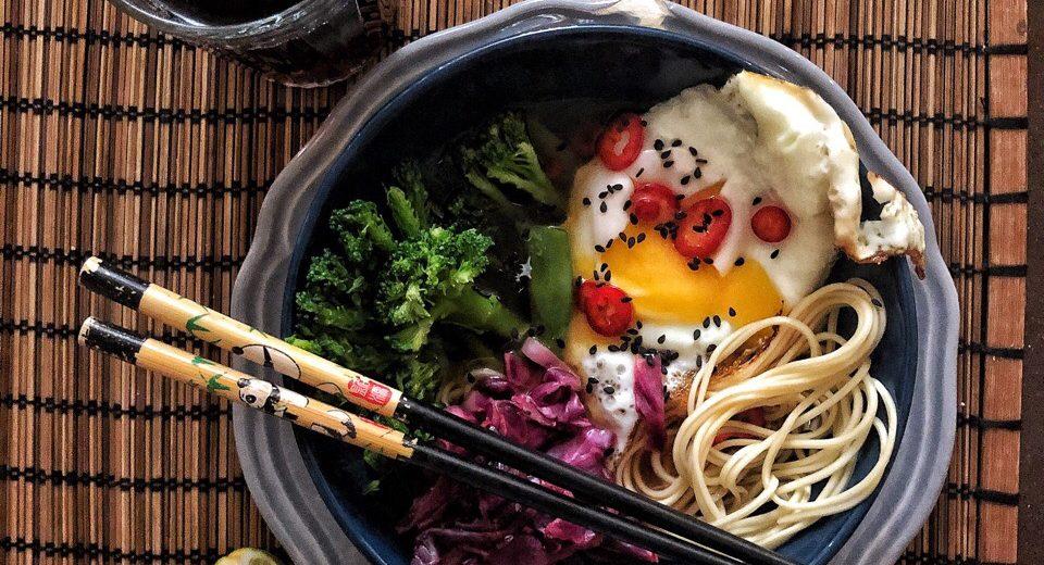 Суп с рисовой лапшой, капустой кимчи и жаренным яйцом