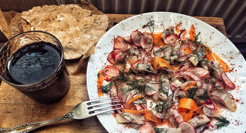 Простые скандинавские хлебцы, маринованная сельдь и яркие овощи