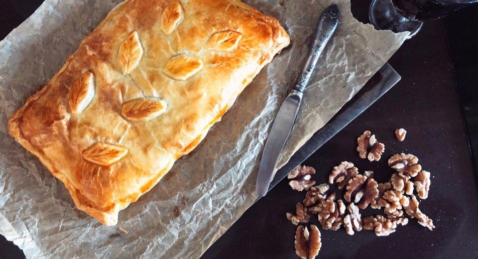 Французский слоёный пирог с сыром, ветчиной и грецкими орехами