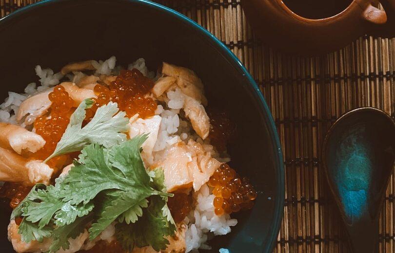 Чашка риса с сёмгой и икрой (Чайная «Рокуходо»)